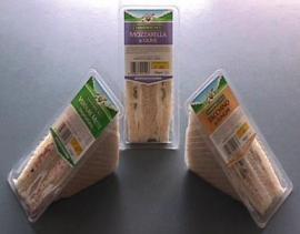 Упаковка сэндвичи в треугольные контейнеры
