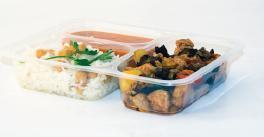 Упаковка готовых обедов для доставки в контейнеры